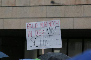 """<p class=""""caption"""">Die Demonstranten hatten ein Näschen für witzige Slogans.</p>"""