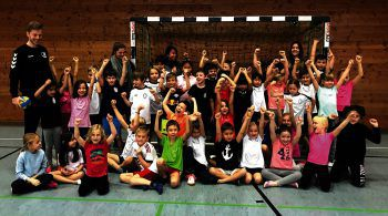 Die Schüler der 2b-Klasse des Collegium Bernardi durften von Profi Nico Schnabl das Handballspielen erlernen. Fotos: W&W/Hanßke