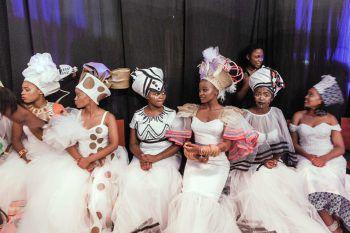 <p>Durban. Ganz in Weiß: Afrikanische Frauen warten bei einem traditionellen Fest in Südafrika auf ihren Auftritt.</p>