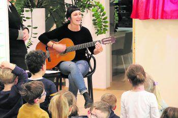 """<p class=""""caption"""">Edda Spindler und ihre """"Kasperlinas"""" begeisterten.</p>"""