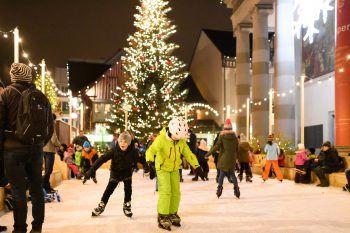 """<p class=""""caption"""">Ein besonderes Highlight für die Kleinen: der Eislaufplatz auf dem Marktplatz.</p>"""