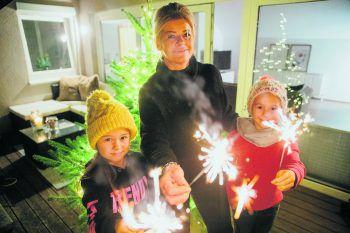 Ein Traum ging in Erfüllung: Nachdem Sandra und ihre Töchter drohten, auf der Straße zu sitzen, fand WANN &WO ein neuesZuhause für die Familie – und lieferte den Christbaum für das perfekte Weihnachtswunder gleich noch mit.Foto: Sams