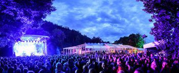 """Eines der Highlights im Konzert-Jahr 2019: Das """"Poolbar auf der Wiese"""" mit Bilderbuch im Juli. Fotos: handout/Conrad Sohm, Dynamo, Matthias Rhomberg"""