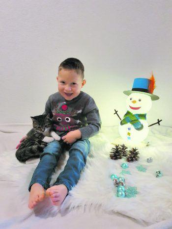 """<p class=""""caption"""">Elias mit seiner Katze Minka.</p>"""