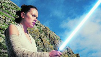 """<p>Ep. VIII – Die letzten Jedi (2017). Rian Johnson löste Abrams in Episode 8 ab und brach mit dessen Rezeptur """"aus alt mach neu"""". Der Film polarisierte stark und weckte in vielen Fans die dunkle Seite.</p>"""