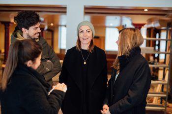"""<p class=""""caption"""">Erik, Theresa und Milena trafen sich am Ort des Geschehens zum Gespräch mit WANN & WO. </p>"""