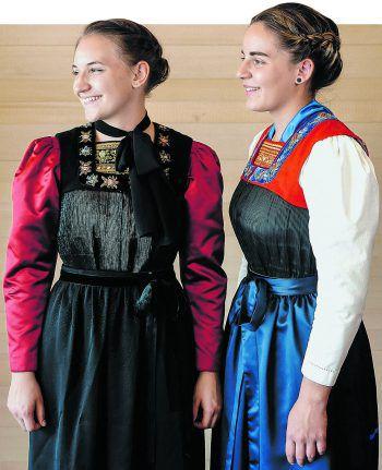 Eva (l.) und Hannah erhielten ihre Juppen als Familienerbstücke. Sie tragen die Gewänder mit Stolz. Fotos: Hirschbühl, handout/privat
