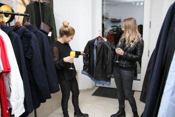 "<p class=""caption"">Fashion-Talk schon am Eröffnungsabend.</p>"