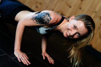 Fitnesstrainerin Jasmin macht den Anfang der Vorstellungsrunde zur Wahl der Damülser Schneekönigin 2020.