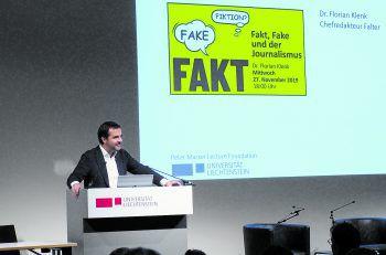 """Florian Klenk auf die Frage, was einen guten Journalisten ausmacht: """"Wir brauchen Spezialisten!""""Fotos: Universität Liechtenstein"""