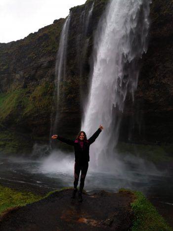 """<p class=""""caption"""">Friederike liebt die Berge und ist gerne in der freien Natur. </p>"""