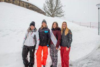 """<p class=""""caption"""">Für die vier Mädels ging es am Tag danach zum winterlichen Shooting in die frisch verschneite Berglandschaft.</p>"""