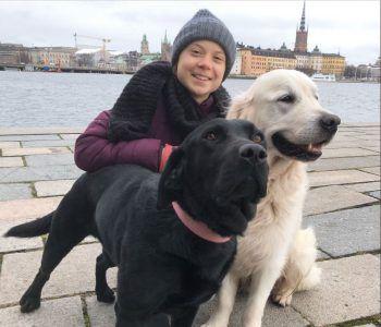 Greta Thunberg mit den zwei Hunden ihrer Familie in Stockholm. Foto: Twitter