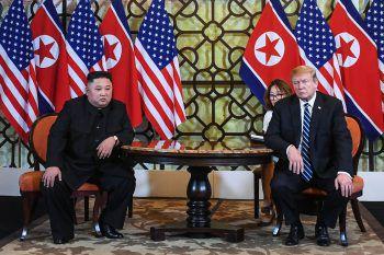 Hanoi. Weltpolitik: In Vietnams Hauptstadt endet der zweite Gipfel von US-Präsident Donald Trump und Nordvietnams Machthaber Kim Jong Un vorzeitig. Kim hatte verlangt, alle Sanktionen gegen sein Land aufzuheben. Ende Juni treffen sich beide an der koreanischen Demarkationslinie.
