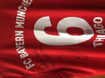 Hier ein signiertes Trikot von Bayern-Superstar Thiago. Foto: handout/Bonora