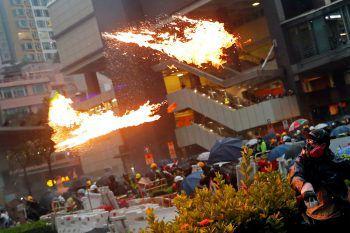 <p>Hongkong. Explosiv: Aus Protest gegen den Einfluss Chinas rufen Hongkongs Oppositionelle einen Generalstreik aus. Im Verlauf der fast täglichen Demonstrationen werden die Auseinandersetzungen auf beiden Seiten immer gewalttätiger. Fotos: AFP, AP, Reuters</p>