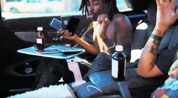 Hustenstiller-Flaschen sind die Lieblingsrequisite in Trap-Videos wie hier von Shoreline Mafia. Screenshot: Youtube