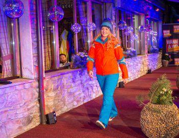"""<p class=""""caption"""">In einer farbenfrohen Kombination wagte sich Anouk auf den Laufsteg.</p>"""