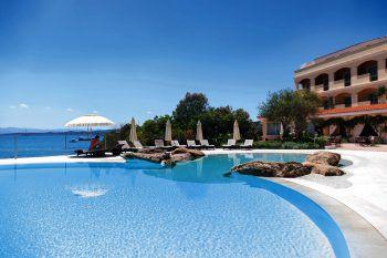 """<p class=""""caption"""">In herrlicher Natur von Sonne und Meer verwöhnt, bietet Ihnen das Gabbiano Azzurro Hotel & Suites einen erstklassigen Komfort, exzellente Küche und authentische italienische Gastfreundschaft.</p>"""