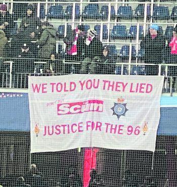 """<p class=""""caption"""">""""Justice for the 96"""": Die Liverpooler Fans und ihre """"Sympathie"""" für """"The Sun"""", die den Anhängern der Reds damals die Schuld für die Tragödie von Hillsborough gab.</p>"""