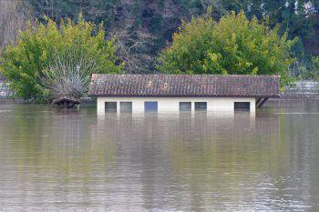 <p>La Reole. Land unter: Im Südwesten Frankreichs stehen derzeit viele Gebäude unter Wasser. Hier ein Haus in der Nähe des Garonne-Flusses. Fotos: AFP, APA, AP, Reuters, dpa</p>