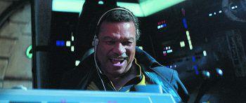 """<p class=""""caption"""">Lando Calrissian (Billy Dee Williams) nimmt erstmals seit """"Episode VI – Die Rückkehr der Jedi Ritter"""" wieder Platz im Cockpit des legendären """"Millenium Falken"""". Fotos: Walt Disney</p>"""