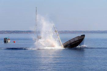 """<p>Larnaca. Drastisch: Das ausgediente Handelsschiff """"Elpida"""" wird vor Zypern versenkt, um ein künstliches Riff zu erschaffen.</p>"""