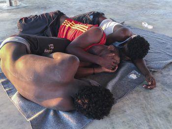 <p>Libyen. Tragisch: Vor der Küste sinkt ein Flüchtlingsboot. Laut UN-Flüchtlingshilfswerk UNHCR ertrinken bei der wohl größten Mittelmeertragödie des Jahres bis zu 150 Menschen, hier ein Bild mit Überlebenden.</p>
