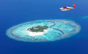 """Malediven             Hier findet man den Inbegriff des Tropenparadieses. Schneeweisse Sandstrände, türkisfarbene Lagunen und eine wunderbare tropische Vegetation zeichnen die kleinen Bilderbuch-Inseln aus. Nirgendwo kann man besser abschalten als auf der Hängematte vor dem eigenen Beachbungalow, mit Vogelgezwitscher und Meeresrauschen oder sanfter Chillout-Musik als Background. Hier kann man erstklassigen Service in luxuriösen Hideaway, Barfuß-Candlelight-Dinner am Strand und traumhafte Spa's genießen. Nicht zu vergessen das tägliche Highlight – """"Finding Nemo"""" beim Schnorcheln am Hausriff."""