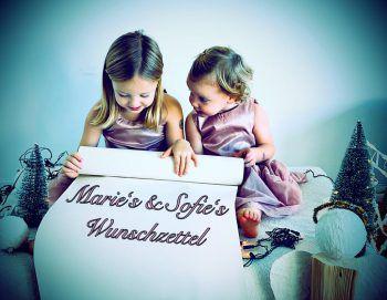 """<p class=""""caption"""">Marie (5) und Sofie (2) mit ihrem Wunschzettel an das Christkind.</p>"""