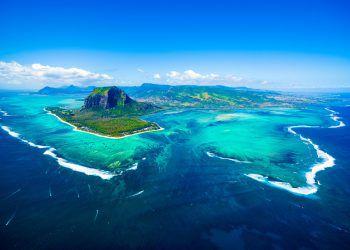 """<p class=""""title"""">               Mauritius             </p><p>Mauritius ist eine Perle im Indischen Ozean und der Inbegriff einer Trauminsel. Palmengesäumte Bilderbuchstrände am türkisblauen Meer, ein überraschend vielseitiges Hinterland und das freundliche Gesicht der multikulturellen Städte machen Mauritius zu einem der beliebtesten Reiseziele. Und in puncto Service und Kulinarik erfreuen sich die Hotels der Insel über einen ausgezeichneten Ruf. Mauritius ist ein Eldorado für Golfspieler und Wassersportler.</p><p />"""
