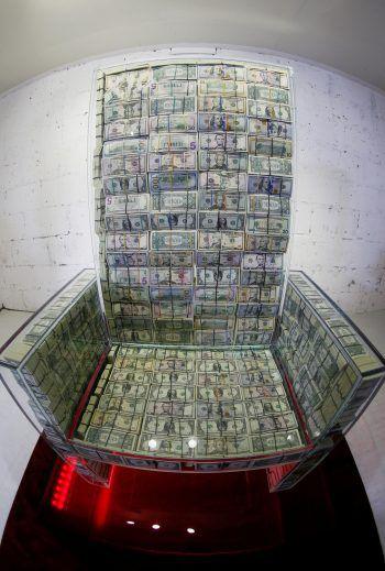 """<p>Moskau. Wertvoll: """"Money throne x10"""" lautet der Titel dieses Kunstwerks. Es handelt sich dabei um einen Glas-Thron, der mit einer Million Dollar gefüllt ist.</p>"""