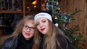 """<p class=""""caption"""">Mutter-Tochter-Tag: Sybille mit ihrer Mum am Stuttgarter Weihnachtsmarkt.</p>"""