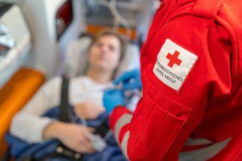 Nach der Erstversorgung durch das Rote Kreuz und des Notarztes, wurde der unbestimmten Grades verletzte Mann, in das LKH-Bregenz eingeliefert.Symbolfoto: APA