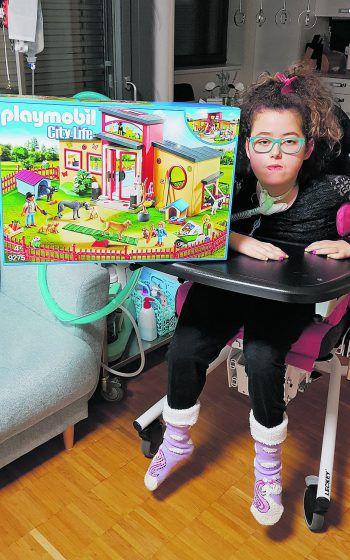 """<p class=""""caption"""">Nisa freut sich über ihr Geschenk.</p>"""