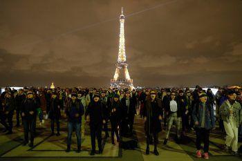 <p>Paris. Symbolisch: Hunderte Frauen nehmen mit verbundenen Augen an einem Flash-Mob gegen Frauentötung und sexuelle Gewalt teil.</p>