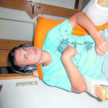 Philipp liebt es, in seinem Stuhl zu sitzen und Musik zu hören.