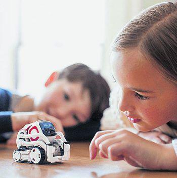 Putzig – aber mit Vorsicht zu genießen: Roboter wie der kleine Cozmo von Anki machen Spaß und sind lehrreich, haben aber ein Mikro und eine Kamera integriert. Fotos: Anki, Lego, Sphero, Amazon