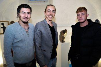 """<p class=""""caption"""">Rene Wolf, Adam Bichler und Luca Hotz bei der Vernissage in der Villa Falkenhorst.</p>"""
