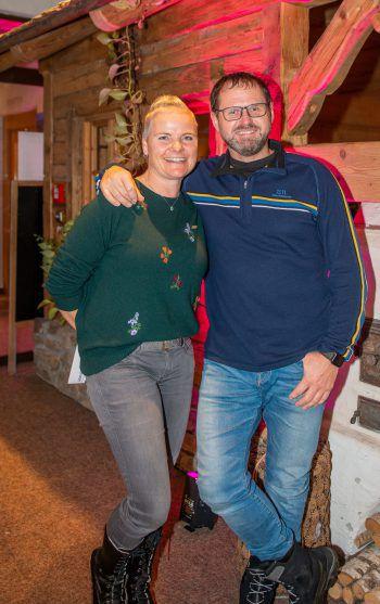 """<p class=""""caption"""">Sabine und Alex Schäfer (Sport Madlener) sorgten für winterliche Outfits auf dem Laufsteg.</p>"""