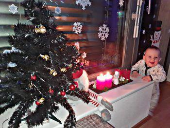 """<p class=""""caption"""">Sam genießt die Weihnachtszeit in Koblach.</p>"""
