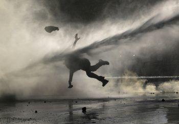 <p>Santiago. Extrem: Ein chilenischer Demonstrant wird von einem Wasserwerfer der Polizei weggespült.</p>