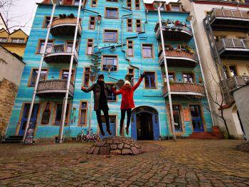 Singing Drain Pipes             Mitten im Kunstviertel der äußeren Neustadt von Dresden befindet sich das bekannte blaue Haus. Bei Regen wird dieses Gebäude zu einem Musik-instrument.