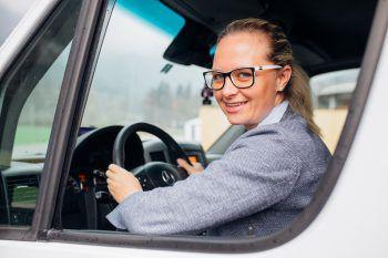 """<p>""""Sobald ich den Führerschein hatte, saß ich – wenn notwendig – hinterm Steuer. Das hatte aber auch den Vorteil, dass ich den Sprinter privat nutzen</p><p>durfte und mit ihm in den Ausgang gefahren bin.""""</p><p /><p>Rosi Lerchenmüller, Bischofberger Transporte</p>"""