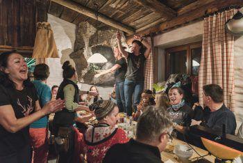 Spaßige Rodelpartie              Von Mitte Dezember bis Ende März kann man es dienstags, donnerstags und samstags ab 19 Uhr krachen lassen! Die Garfrescha Rodelbahn in St. Gallenkirch ist mit 14 Kurven und einer Länge von 5,5 Kilometer die längste beleuchtete Nachtrodelbahn im Land. Hier warten legendäre Rodelabende und gute Unterhaltung im Brunellawirt. Auch in der kommenden Saison wird man mit köstlichen Rodel-Menüs verwöhnt. Infos unter: www.brunellawirt.at
