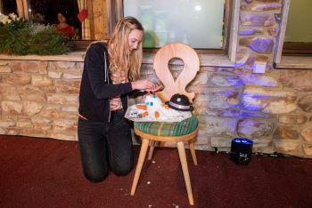 """<p class=""""caption"""">Spontanität und Kreativität war gefragt. Die Kandidatinnen beim Bauen eines """"Indoor-Schneemanns"""".</p>"""