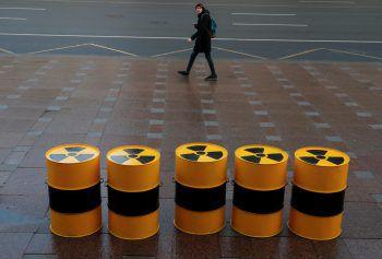 <p>St. Petersburg. Symbolisch: Ein Fußgänger vor einer Greenpeace-Installation zum Thema Radioaktivität.</p>