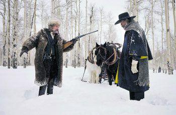 The Hateful 8Film, Amazon Prime Video. Im achten Film von Quentin Tarantino treffen in einer einsamen Hütte im Schneetreiben acht Unbekannte aufeinander – allesamt durchtrieben, schräg und absolut tödlich. Der starbesetzte Film läuft ab heute auf Prime Video.