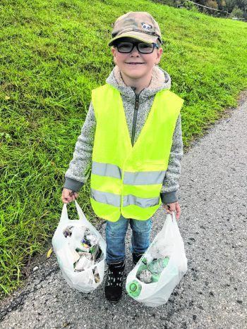 """<p class=""""caption"""">Timo aus Nenzing sammelte fast mehr Müll, als er tragen kann.</p>"""