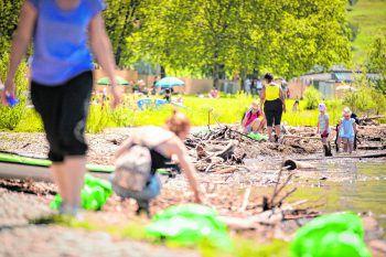 """<p class=""""caption"""">Über 100 Freiwillige räumten beim """"Beach Clean Up"""" vom SUP Verein Vorarlberg, dem Stadtmarketing Bregenz und WANN & WO das Bodenseeufer auf! Foto: Sams</p>"""